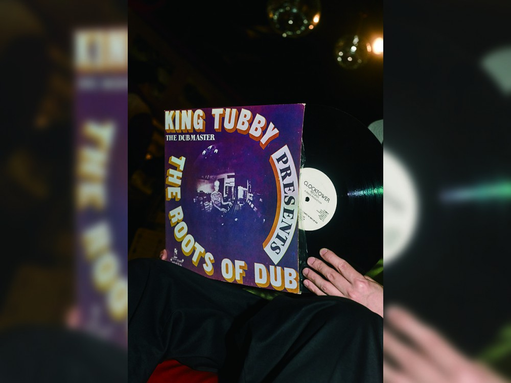 手に、耳にしたレコードの<br>ジャケットから広がる世界を<br>NO.02<br>ISSUGI