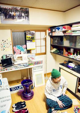 ROOM IS STYLE<br>ストリートの遊び心を詰めこんで<br>VOL.02<br>17歳から住み続ける<br>玄関から3秒の3畳の城<br>hsmt(PRESS 4K / YouthQuake)