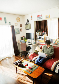 ROOM IS STYLE<br>ストリートの遊び心を詰めこんで<br>VOL.04<br>仕事に繋がる環境作りと<br>チルアウトできる空間を<br>Renichi (映像クリエイター / BreatH)